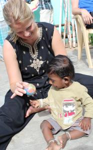 Tone leker med en liten gutt fra bygda.