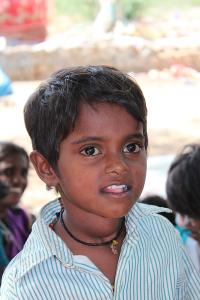 En liten jente med en stor kul på halsen.