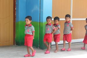 Barna går på rett linje etter hverandre.