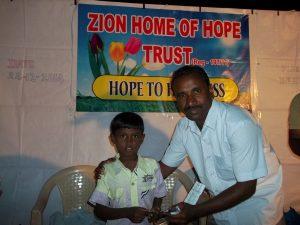 Victor overrekker gaver til barna.