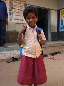 Anbu blir hentet av Ina-aunty på skolen.