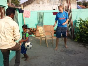 Fotballkamp i bakgården hos Chandra
