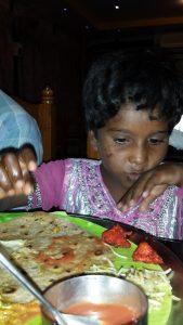 Anbu koser seg med storebrors mat