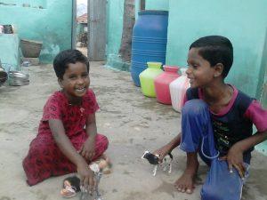 Anbu og Magendran leker med gavene de fikk.