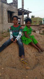 Anbu og Magendran foran barnehjemmet.