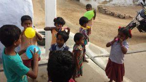 Ballongparty i Keeranur før avreise