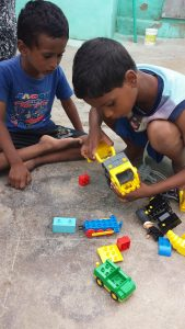 Storebror Magendran viser lillebror Prakashraj hvordan det skal gjøres