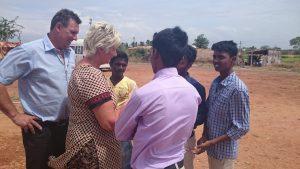 Pastor Geir og Berit hilser på gjestene