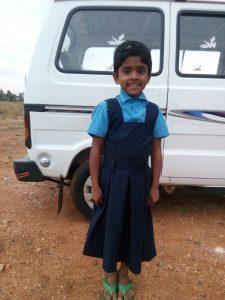 Keerthana på vei til skolen